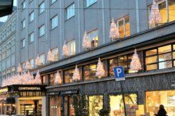 Juletrær på Hotel Continentals fasader